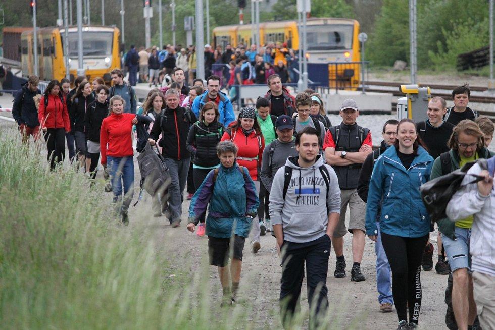 Už 52. ročník Pochodu Praha - Prčice přitáhl do přírody a zdravého pohybu tisíce lidí. Takhle to vypadalo v sobotu 20. května dopoledne v Týnci nad Sázavou.