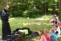Školáci ze ZŠ Týnec nad Sázavou prožili týden na škole v přírodě v Mozolově u Nadějkova. Ve čtvrtek jim pobyt zpestřili  policisté z Benešovska ukázkami techniky a besedou.