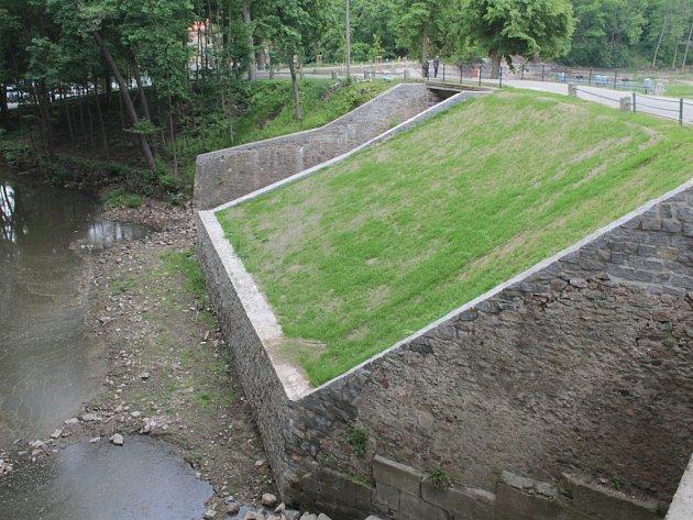 Revitalizace Konopišťského rybníka se chýlí ke konci.