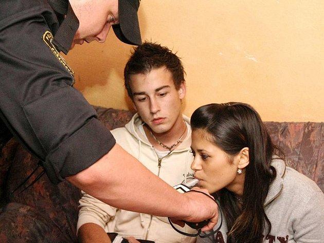 Ilustrační foto: Pokud jim není 18, nalít jim nemůžou. Praxe je ale mnohdy jiná. U policistů si pak nezletilé opilce vyzvednou rodiče.