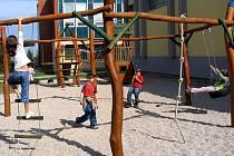 Děti si k novým dřeveným herním prvkům našly cestu velmi rychle