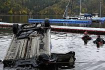 Hasiči a policisté lovili potopené auto ze Slapské přehrady.