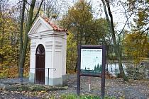 Lesní stezka začíná u opravené kaple sv. Jana Nepomuckého pod Vojkovem.