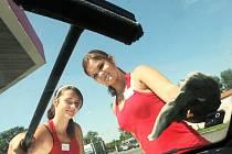 Dívky na brigádě u čerpací stanice. Ilustrační foto.