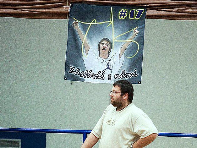 Nad trenérem benešovské dvacítky Davidem Březinou byla podobizna zesnulého Tomáše Koretze, který byl i v zápise o utkání (in memoriam).