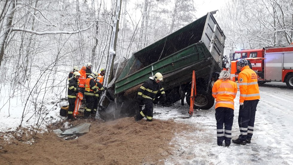 Vůz převážející melasu vyjel mimo komunikaci, kde narazil do stromu a jeho náklad se vysypal. Auto zůstalo nakloněné na okraji komunikace; v jeho kabině byl zaklíněný řidič.
