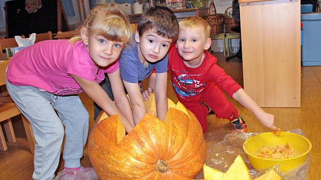 Monika, Toník a Adam při dlabání dýně.