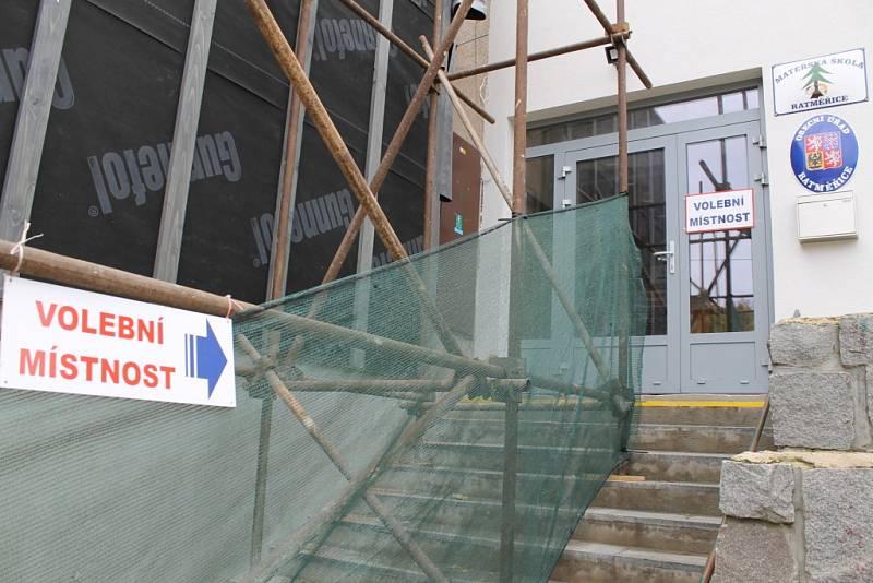 Volební místnost v Ratměřicích museli přizpůsobit rekonstrukci radnice.