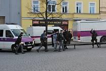 Manévry vězeňské služby a justiční stráže v pondělí ráno před benešovským soudem.