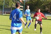 Teplýšovický Pavel Mládek (u míče) zatížil konto Nespek dvěma góly a od hattricku ho připravilo v závěru břevno.
