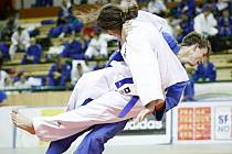 Jan Pikora z Benešova (v modrém kimonu) útočí ve čtvrtfinálovém boji s domácím Janem Houskou.