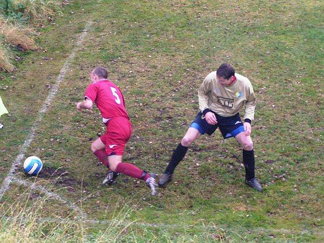 V pohárovém utkání se ostředecký Petr Florián (v červeném) poroučel k zemi po zákroku divišovského Luboše Zákostelského.