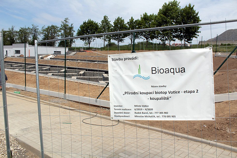 Stavba biokoupaliště na okraji Votic.
