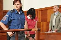 Žena, která zavraždila dítě,  u Okresního soudu v Benešově.