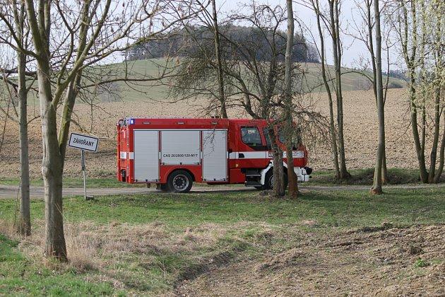 Dva muže zavalila zemina vZahořanech nedaleko Vranova uČerčan. Na místě jsou hasiči a policisté.