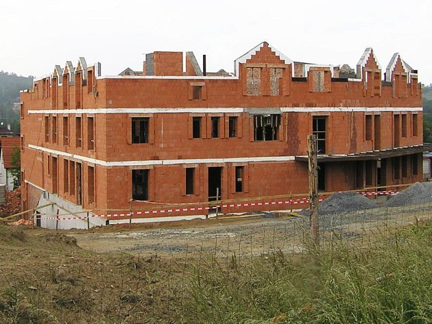 Snímek ukazuje hospic v době, kdy byli radní Benešova ještě ochotni finančně pomoci. Na stavbu přispělo jejich město celkem čtyřmi miliony korun. Nyní, po dokončení hospice, Benešov na provoz nechce dát ani korunu