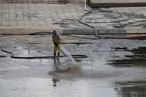 Koupadla v Benešově po záplavě v roce 2013 čistili od bahna hasiči.