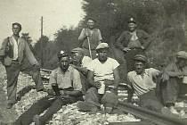 Traťoví dělnící při pokládání kolejí tratě Benešov  - Vlašim -Dolní Kralovice.