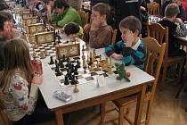 Šestiletý Jakub Vojta (vpředu vpravo), vyhrál žákovský turnaj v Kouřimi, když nechal za sebou i o pět  let starší hráče.