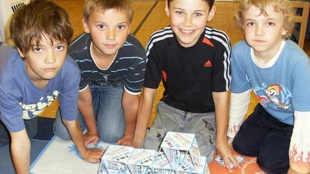Školáci ze ZŠ Jiráskova stavěli z tácků pyramidy