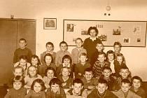 Do jedné třídy chodili osm let. Pak, při vstupu do deváté třídy, je soudruzi separovali a vytvořili z nich třídu pro ty předurčené k dalšímu studiu a ty, s nimiž se dál počítalo jako s levnou pracovní silou.