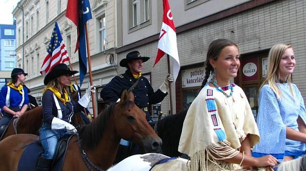 Impozantní příjezd kolony kavaleristů na benešovské Masarykovo náměstí.