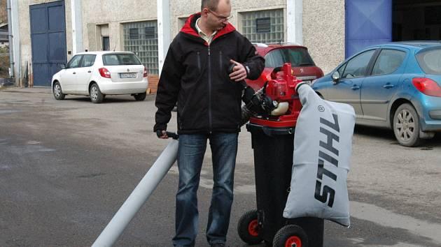 Nový vysavač drobného odpadu už brázdí ulice Benešova.