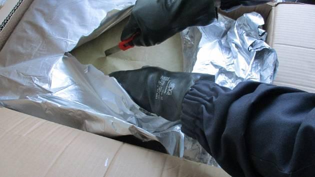 Celníkům z Celního úřadu pro Středočeský kraj se ve spolupráci s Celní protidrogovou jednotkou Generálního ředitelství cel podařilo zadržet tři zásilky drogových pre-prekurzorů o celkové hmotnosti téměř 250 kg.