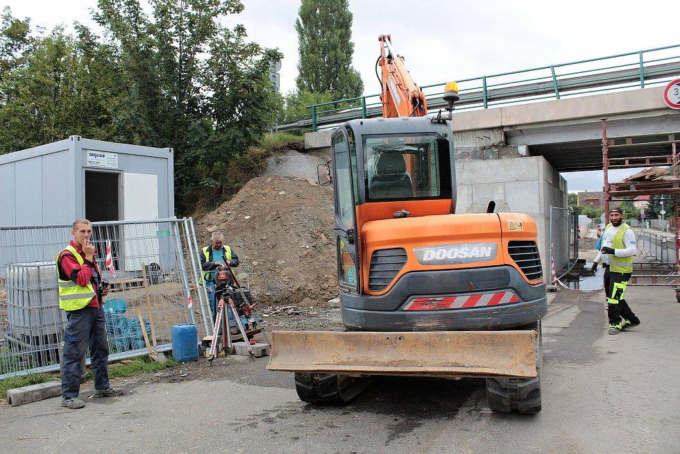 Z opravy mostu na silnici I/3 v Konopišťské ulici v Benešově.