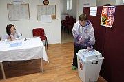 Do volební místnosti ve Struhařově přišlo za páteční den mnoho voličů.