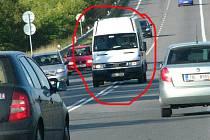 Kritický úsek u tomického retardéru - bílá dodávka vytlačuje stříbné auto na krajnici a městná se do svého pruhu.