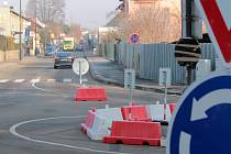 """Hodějovského ulice kolem """"Bejkárny"""" je neprůjezdná do 18. října. Kruhový objezd u Katušky do 20. září."""