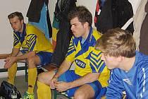 Futsalisté Arsenalu Benešov Dan Lukáč (vlevo), Martin Burian a Jan Křemen se před zápasem soustředili a poslouchali pokyny trenéra Kováře.