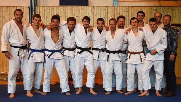 Družstvo TSC Turnov po turnaji (Jan Pikora - druhý zleva, Adam Vojta - třetí zleva) - v dobré náladě.