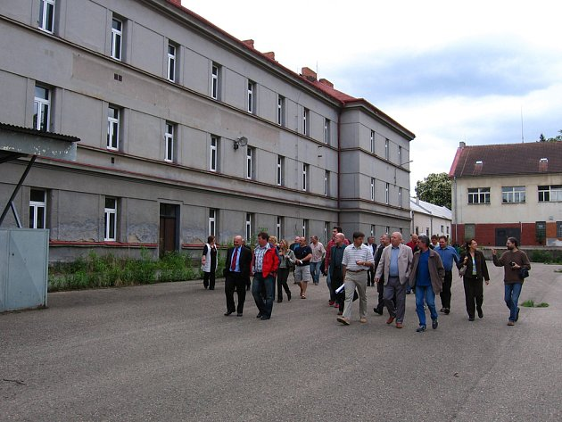 Podnikatele vede po nástupišti v kasárnách místostarosta Roman Tichovský.