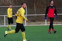 Alžířan Aitĺhady Mounír (ve žlutém) zkouší štěstí v Benešově a odehrál zápas s Třeboradicemi s kapitánskou páskou.