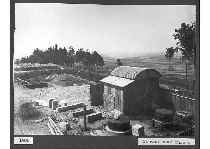 Stavba nové ohrady v Ondřejově v roce 1908.