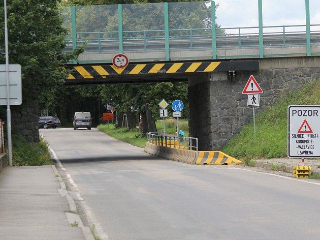 Podjezd pod mezinárodní silnicí E55 se vždy přes léto zúží o část vymezenou pro pěší.