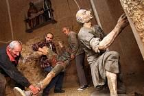 Římovští vynášejí zbylé sochy z kaple nazývané Velký Pilát. O víkendu, z neděle na pondělí, se na místní křížovou cestu opět vypravil neznámý vandal, který skulptury ze 17. století již dělší dobu systematicky rozkrádá