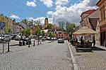 Zahrádka cukrárny na Žižkově náměstí ve Vlašimi.