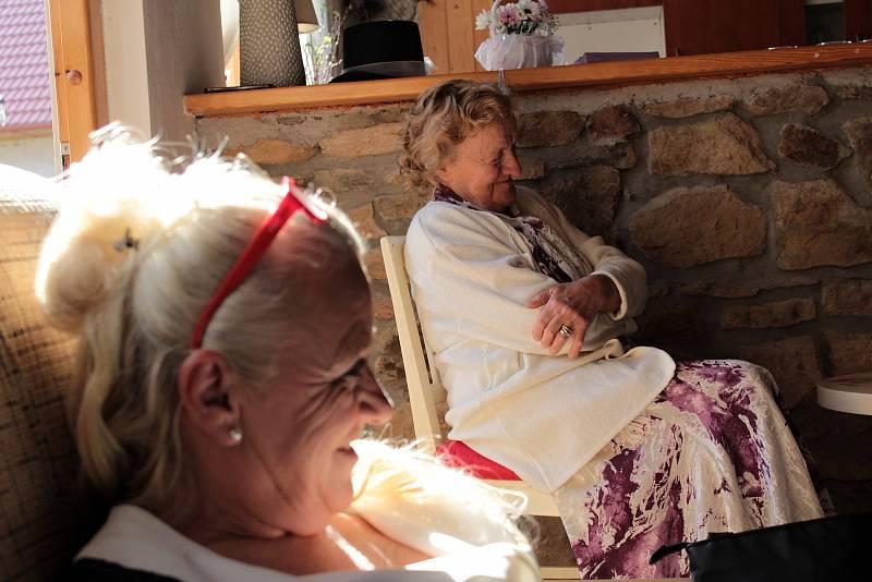 Svatební hostina novomanželů Michala a Světlany Šulcových se konala v jeden okamžik na dvou místech vzdálených od sebe přes dva tisíce kilometrů. Maminka a babička ženicha.