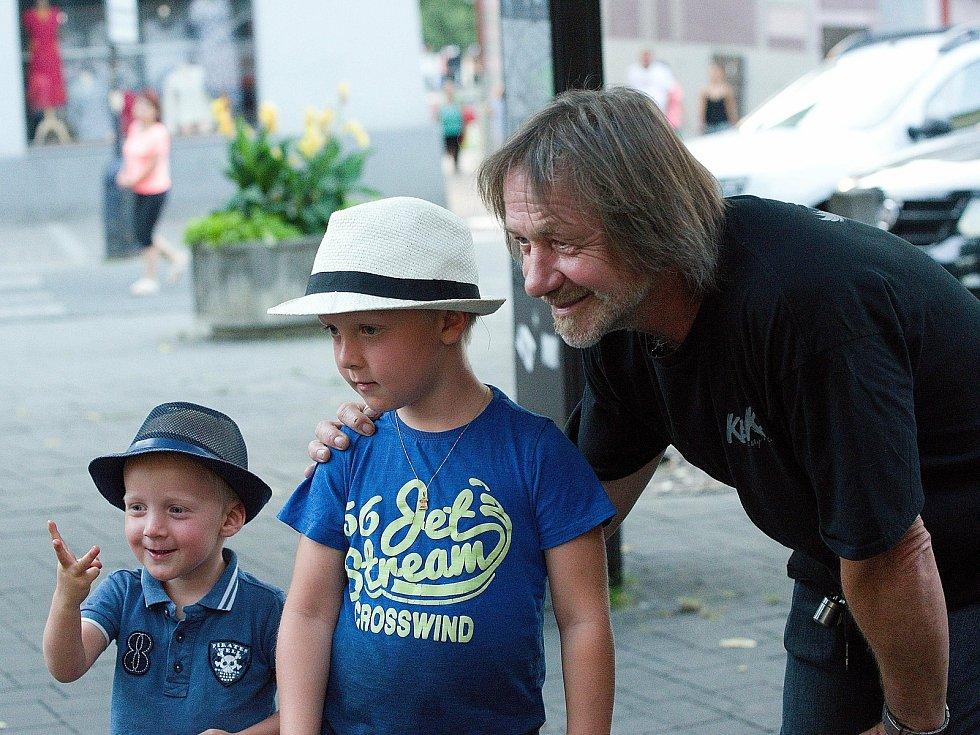 Z vystoupení zpěváka a kytaristy kapely Keks Štěpána Kojana v rámci hudebního festivalu Benešov City Live.