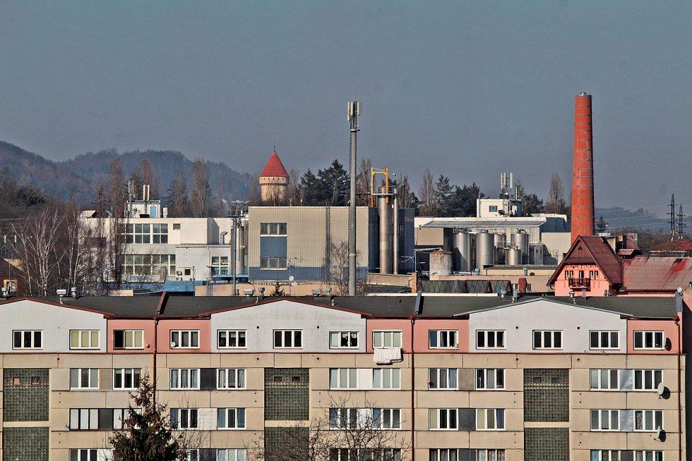 Benešov při pohledu ze střechy kostela sv. Anny - Konopiště přes domy v Dukelské ulici a mlékárnu Schreiber.