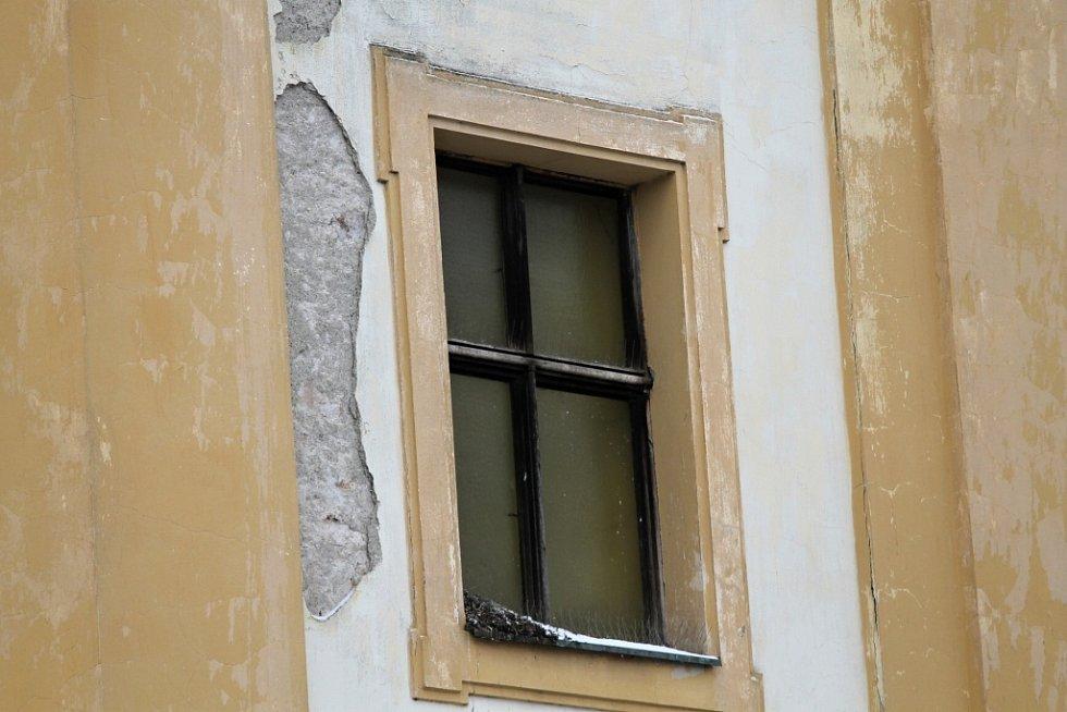 Stopy života zdivočelých holubů v Benešově - kostel sv. Anny.