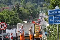 Uzavírka jízdního pruhu silnice Praha - Tábor u Benešova navedla vozidla mířící na Prahu do města.