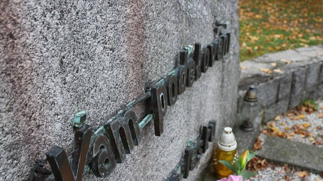 Hrob padlých sovětských vojáků na bystřickém hřbitově devastují zloději.