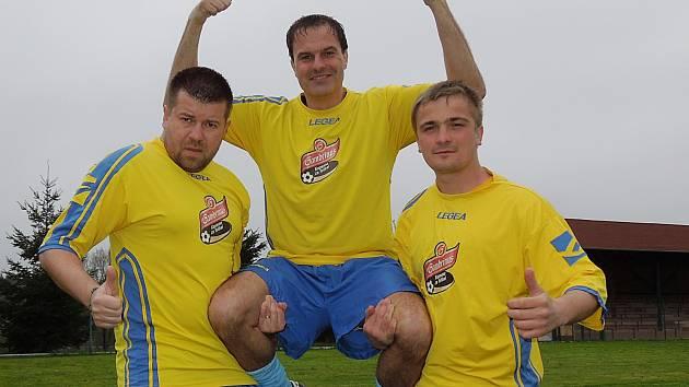Marek Žemlička (uprostřed) z béčka Úročnice se stal v projektu Gambrinus Kopeme za fotbal hvězdou měsíce dubna na Benešovsku.