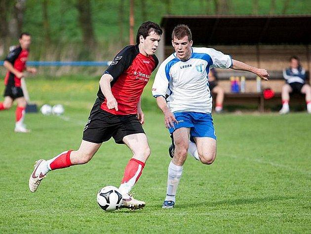 Hostomický Václav Kuba (u míče), autor rozhodujícího gólu, se snaží přejít přes nespeckého Martina Buriana.