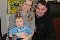 Antonín Hozman se s vými rodiči při návštěvě redakce Benešovského deníku.