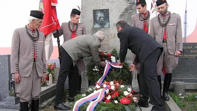 Představitelé Lštění kladou věnec ke Grégrově hrobu.